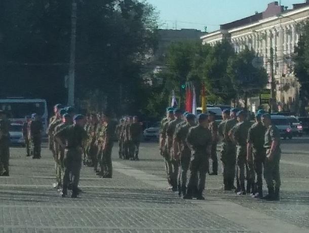 В центре Воронежа заметили скопление военных