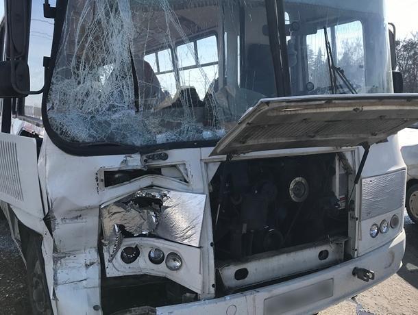 В Воронеже перед Северным мостом два автобуса столкнулись с грузовиком