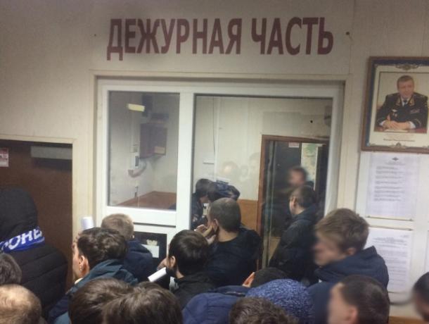 Фанатов «Факела» массово задержали после файер-шоу в Воронеже