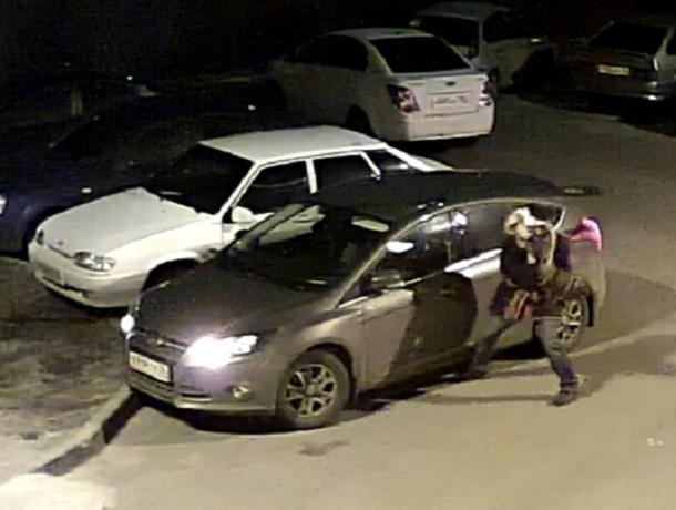 Воронежец в врачебной маске разбил стекло иномарки сумкой