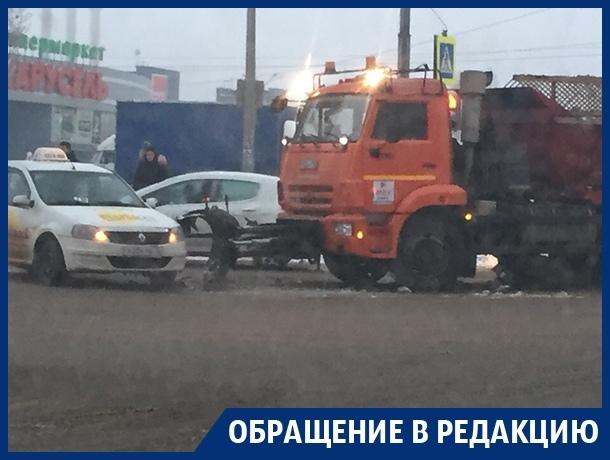 Машина коммунальщиков убрала такси вместо снега в Воронеже