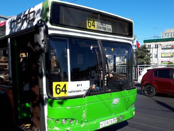 В Воронеже водителя автобуса уволили за отказ принять оплату картой