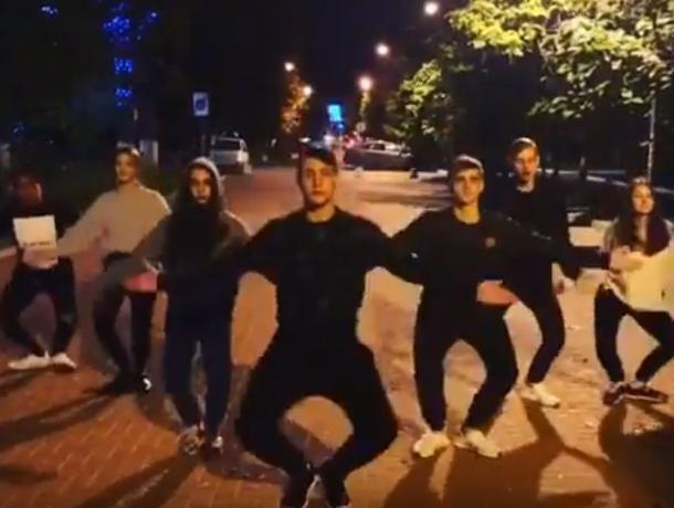 Массовый ночной танец под Little Big попал на видео в Воронеже