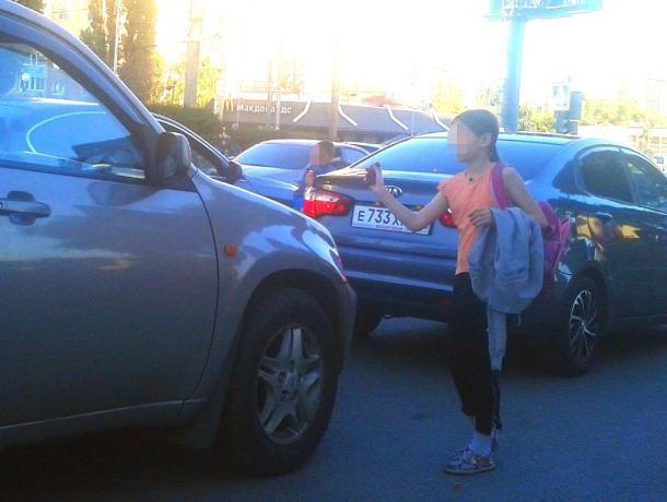 Воронежских автомобилистов шокировали побирающиеся школьники