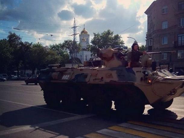Задумчивого военного на БМП сфотографировали  в центре Воронежа