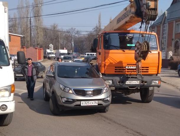 ДТП с автокраном остановило движение на улице 9 Января в Воронеже