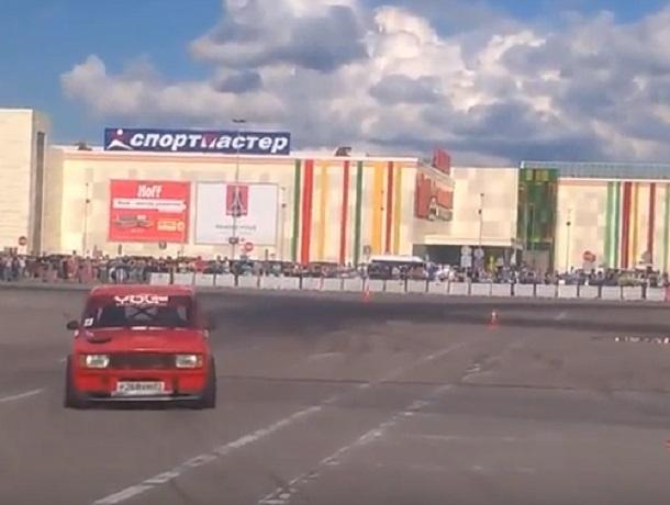 «Семерка» унизила дрифтом прокаченные иномарки на стоянке в Воронеже