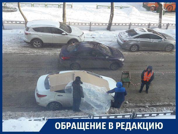 Воронежские коммунальщики начали класть картон на машины при сбивании сосулек