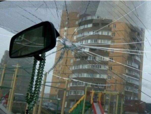 В Воронеже водителю в лобовое стекло прилетел «подарок» в виде молотка
