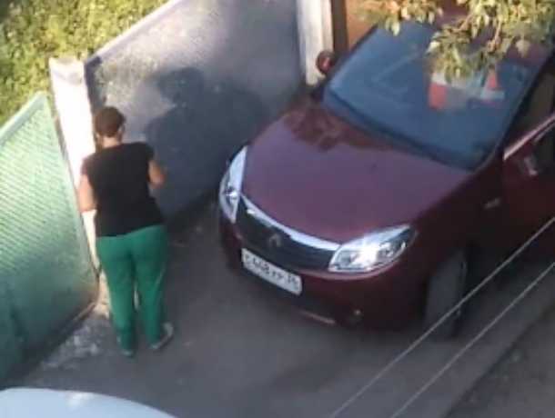 Женщина протаранила забор детсада в Воронежской области и уехала