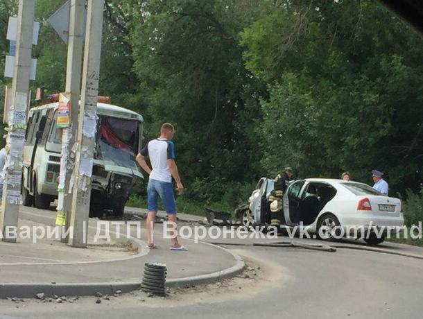 Шесть человек пострадали в ДТП с автобусом и Skoda в Воронеже
