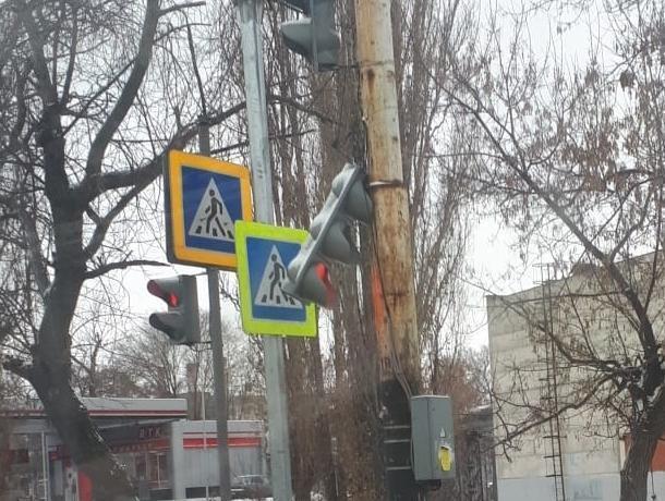 Приунывший светофор огорчил водителей в Воронеже