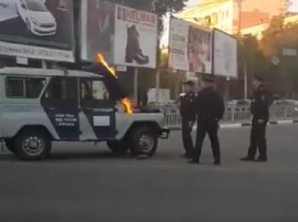 Возгорание полицейской машины сняли на видео в Воронеже