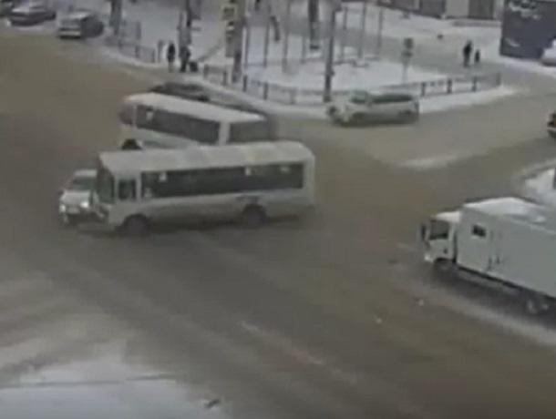 Видео ДТП маршрутки ПАЗ ииномарки вВоронеже появилось вглобальной web-сети