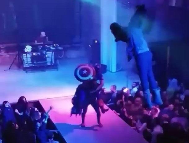 Капитан Америка и Человек-паук устроили зажигательный танцевальный батл накануне Хэллоуина в Воронеже