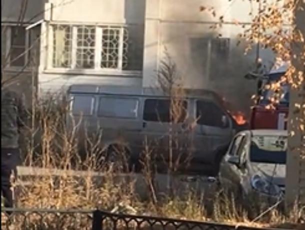 Охваченную огнем «Газель» сняли у многоэтажки в Воронеже