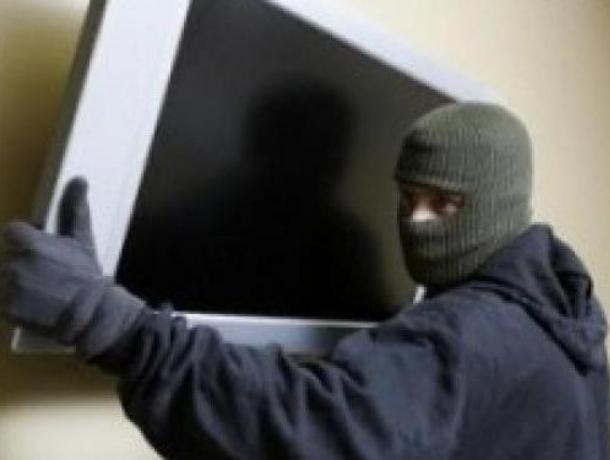 Жительница Воронежа пригласила в гости рецидивиста и лишилась телевизора