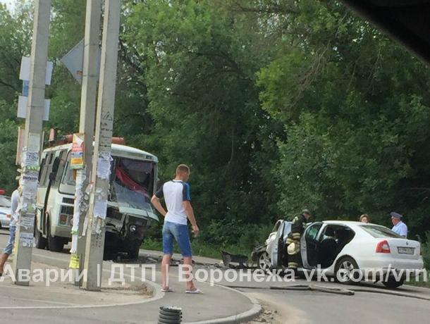 Последствия серьезного ДТП автобуса и Skoda с блатными номерами сняли на видео в Воронеже