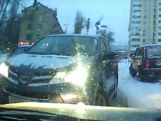 Наглую автомобилистку на дорогой иномарке сняли на видео в Воронеже