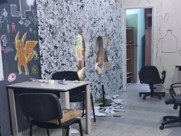 На фото попали последствия налета грабителей на антикафе в Воронеже