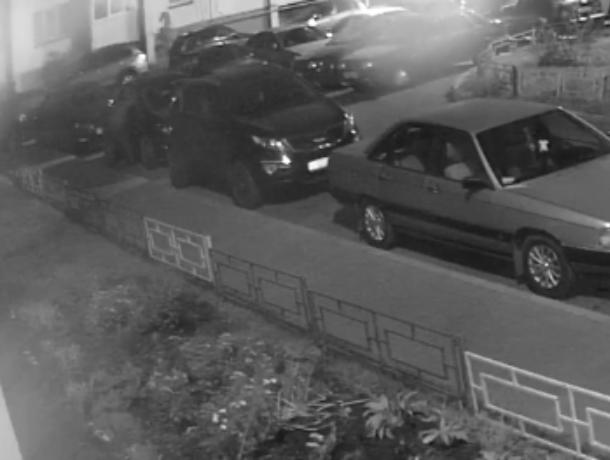 Действия автовора попали на видео в воронежском микрорайоне