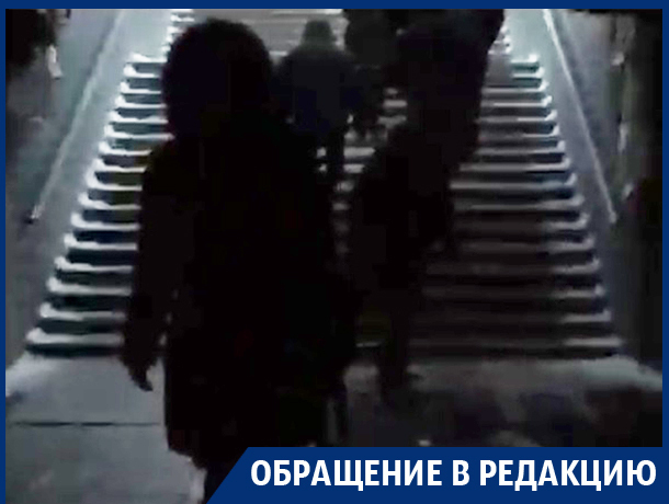 Воронежцы пожаловались на темноту и опасные ступеньки в сгоревшем переходе