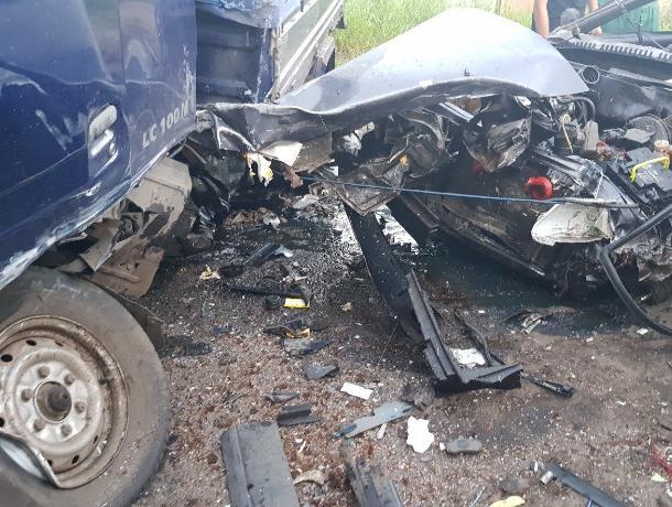 Грузовик превратил в «фарш» ВАЗ-2115 на дороге в Воронеже