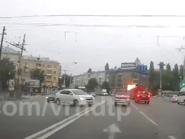 Чумовую реакцию показал водитель на мокрой дороге в Воронеже
