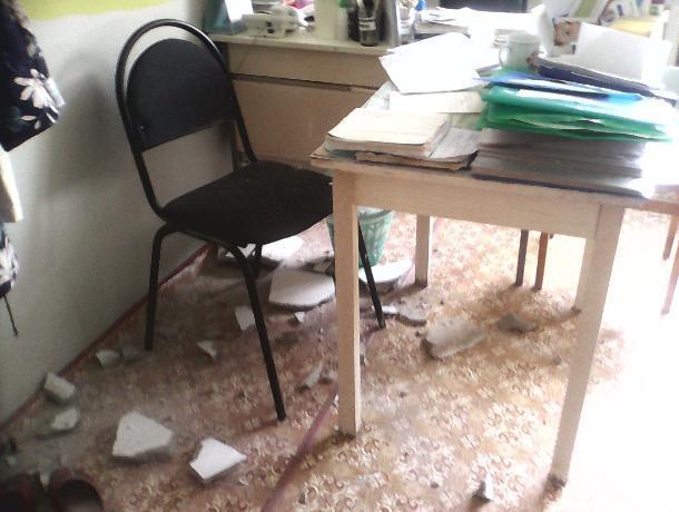 В воронежской больнице потолок обвалился прямо на стул медсестры