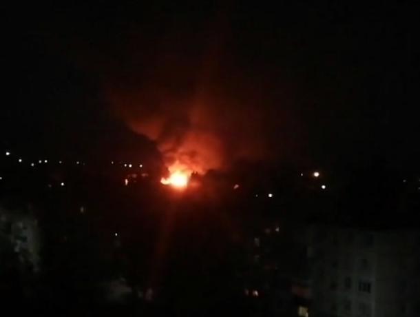 Пожар с обрушившейся крышей жилого дома попал на видео в Воронежской области