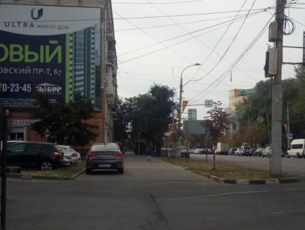 Воронежские автомобилисты устроили парковку на тротуаре в центре города
