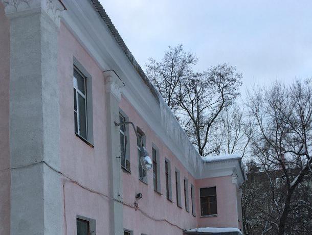 Воронежцы обрушились с критикой на заведующую детским садом из-за огромных сосулек