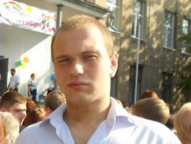 В Воронеже три недели ищут пропавшего молодого парня с татуировками