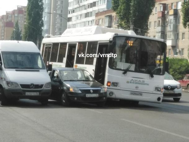 Зажатый между двумя автобусами Renault собрал пробку в Воронеже