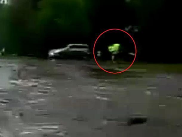 На видео попало, как воронежец едва не утонул в дождевой луже