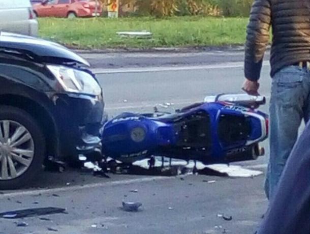 Мотоциклист сломал обе руки и ноги в ДТП под Воронежем