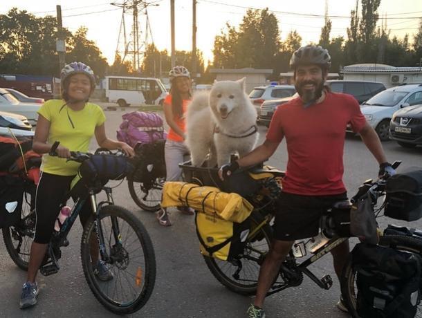 Воронежец приютил семью колумбийцев-путешественников с самоедом