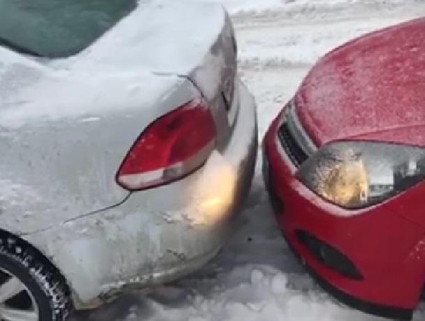 Парковку по-воронежски сняла на видео автомобилистка