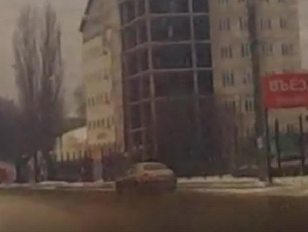 Крутые заносы на дороге в Воронеже попали на видео