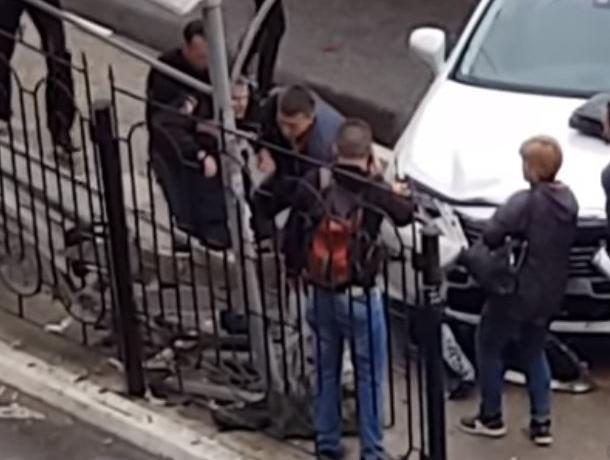 Спасение сбитого Lexus полицейского сняли на видео в Воронеже