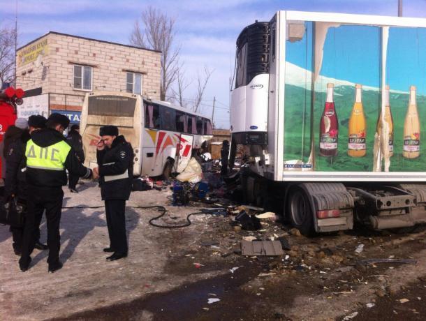 Следователи рассказали подробности смертельного столкновения грузовика с автобусом под Воронежем