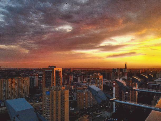Вид на огненный закат с 24-го этажа восхитил воронежцев