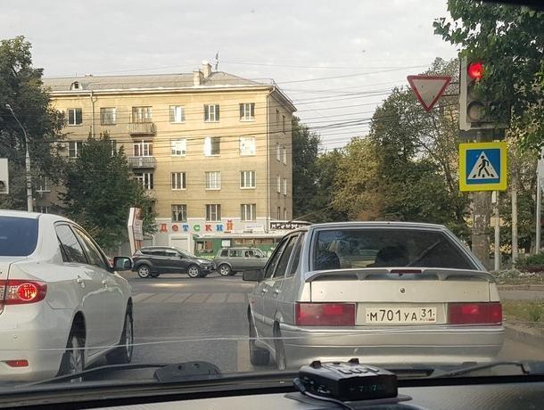Из-за бросавшегося на людей участника ДТП образовалась пробка в Воронеже