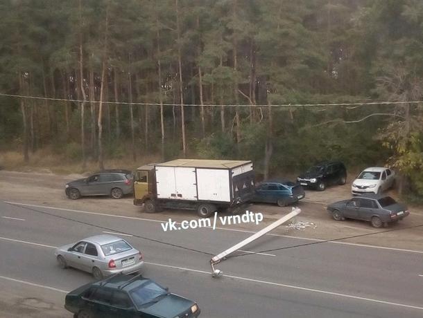 Оплошность «неопытного» грузовика со столбом сняли в Воронеж