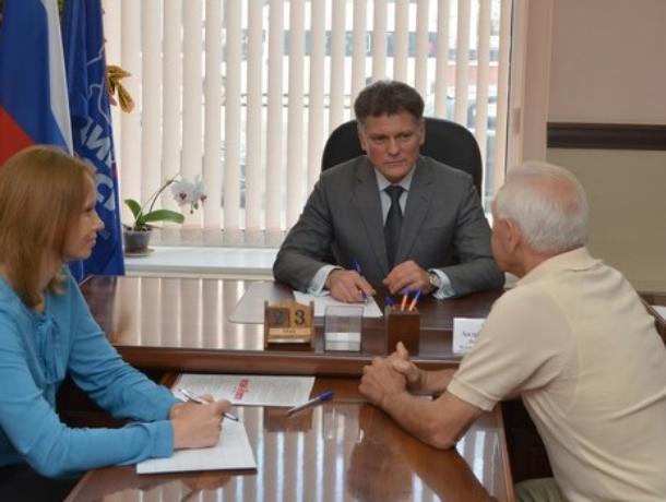 Депутат-единоросс благословил воронежского пенсионера на заплыв через Керченский пролив
