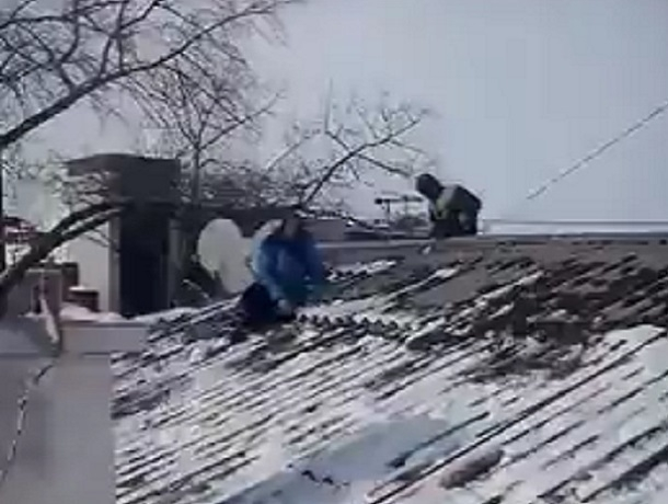Старушка вылезла на крышу в Воронеже, чтобы прогнать коммунальщиков