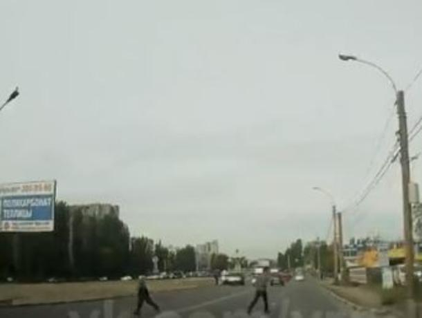 Уворот «бессмертного» пешехода от легковушки показали на видео в Воронеже