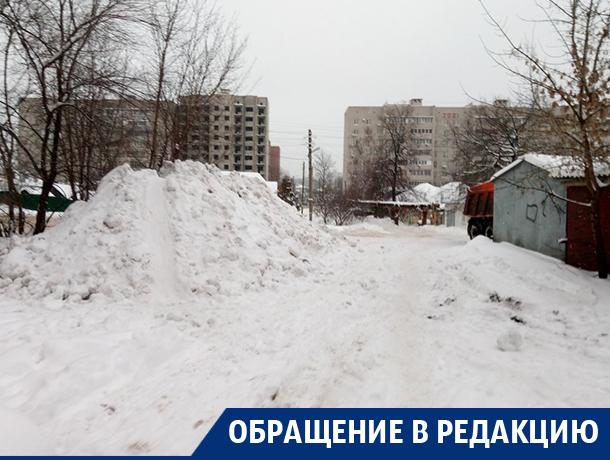 В Воронеже с платной парковки вывезли снег прямо во двор дома