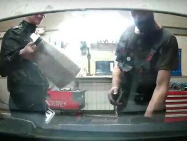 Воронежцев рассмешил ролик с масляным обманом в автосервисе