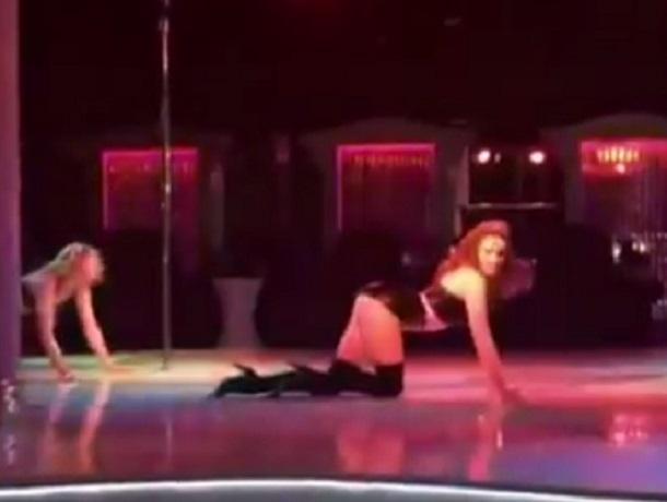 Сексуальный танец стриптизерши